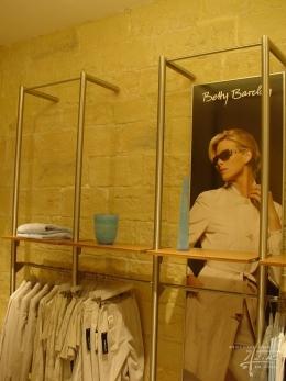 Steinwand im Klamottenladen Betty Barclay