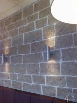 Steinwandgestaltung mit Licht
