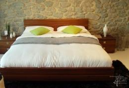 Steinwand am Bett