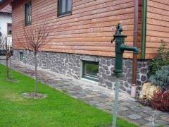 Steinwand an der Fassade