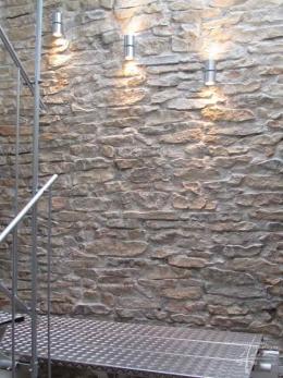 Steinwand beleuchtet