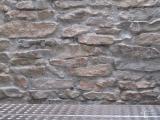 Steinwand im Freien