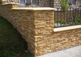 Zaun mit Steinpaneele