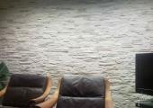 Steinwand und TV