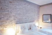 Steinwand im Schlafzimmer