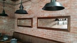 Im Restaurant eine Ziegelwand