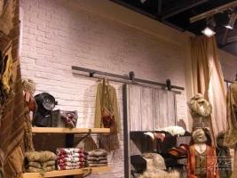 Weiße Ziegelwand im Shop