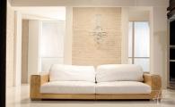 Couch mit Ziegelwand