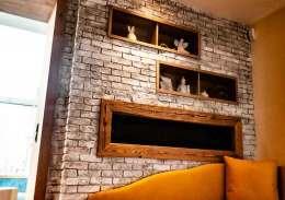 Eine Steinwand im Wohnzimmer