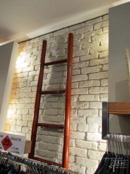 Ziegelwand mit einer Leiter als Deko