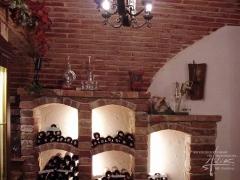 Ziegelwand in einem Weinkeller