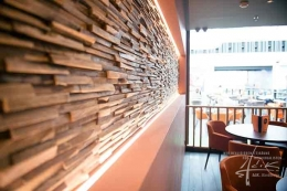 Im Cafe einen Teil mit Holz gestaltet
