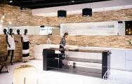 Moderner Shop mit Holzgestaltung