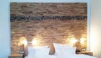 Schlafzimmer mit Holz