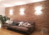 Eichenholzwand mit Licht im Wohnzimmer