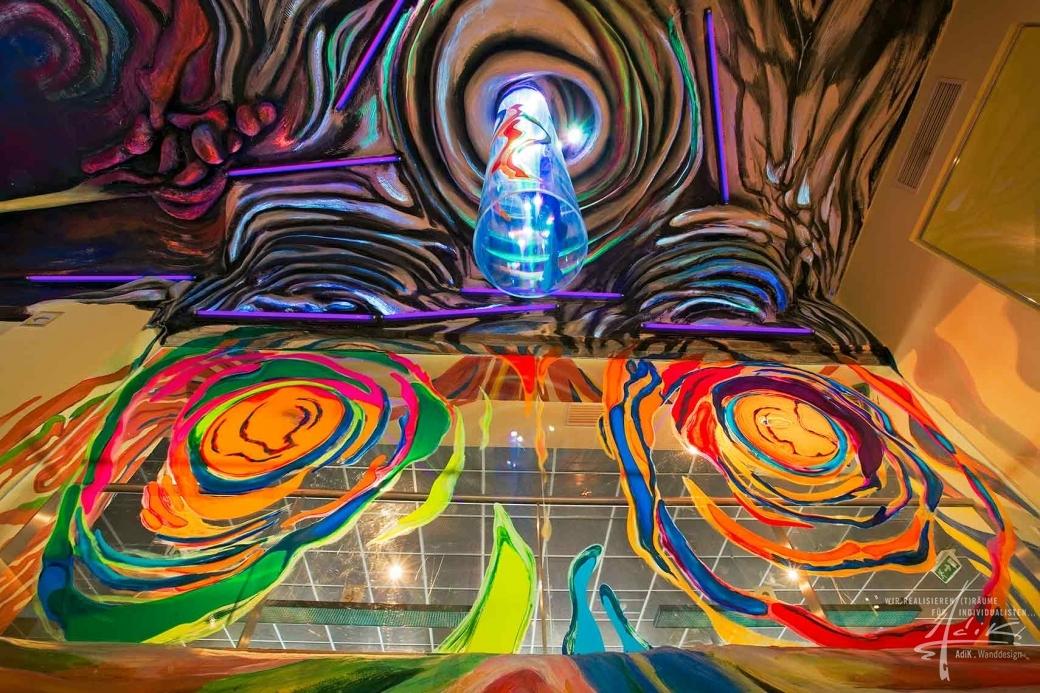 Moderne Kunst an der Decke und auf dem Plexi