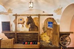 Wandmalerei und Relief kombiniert