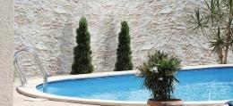 Mediterrane Steine am Pool