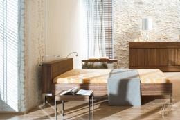Kunststeinwand im Schlafzimmer